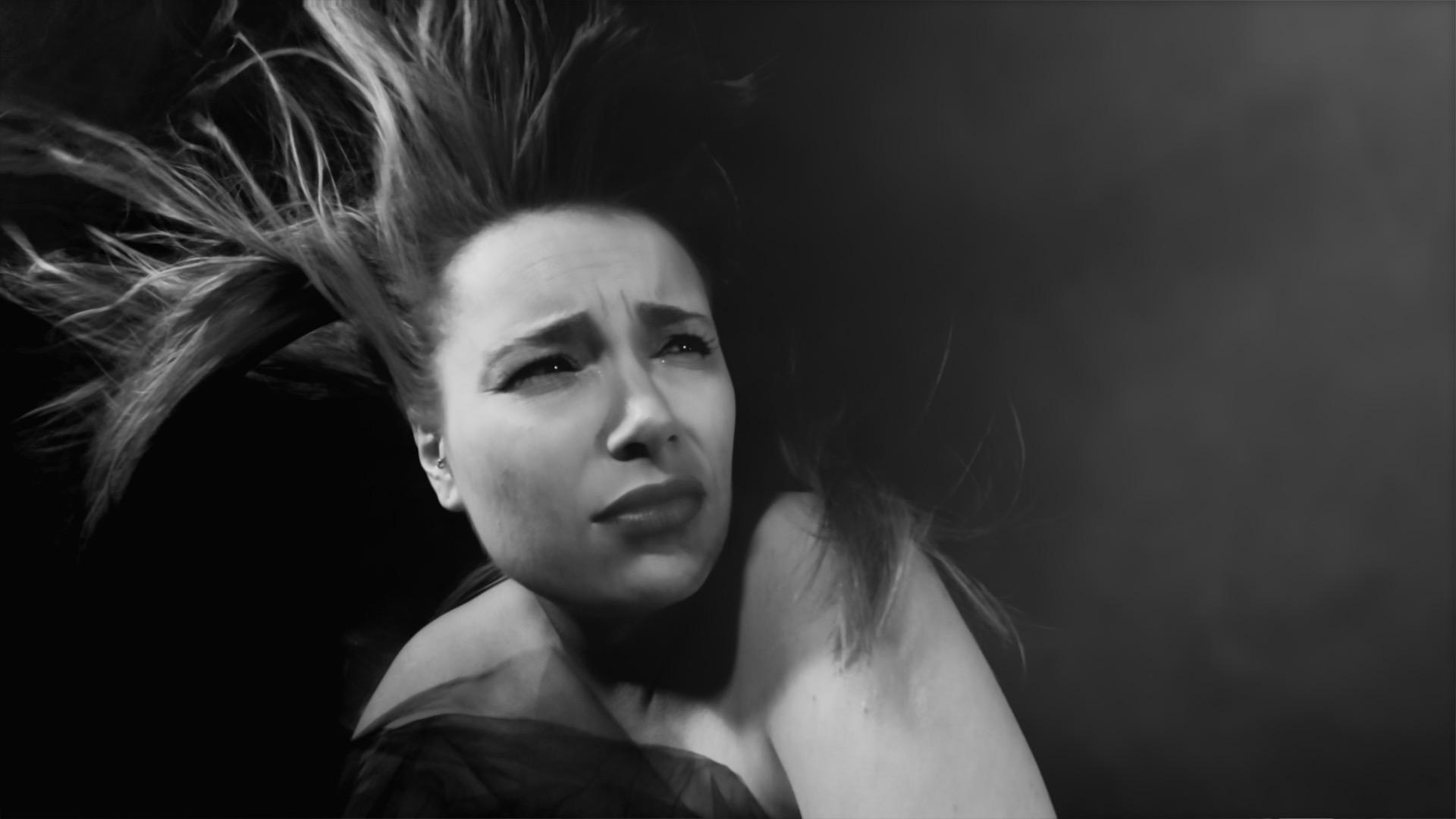 Director Music Video-Réalisateur Viviane-Riberaigua clip-video-fiver-noir-et-blanc-17