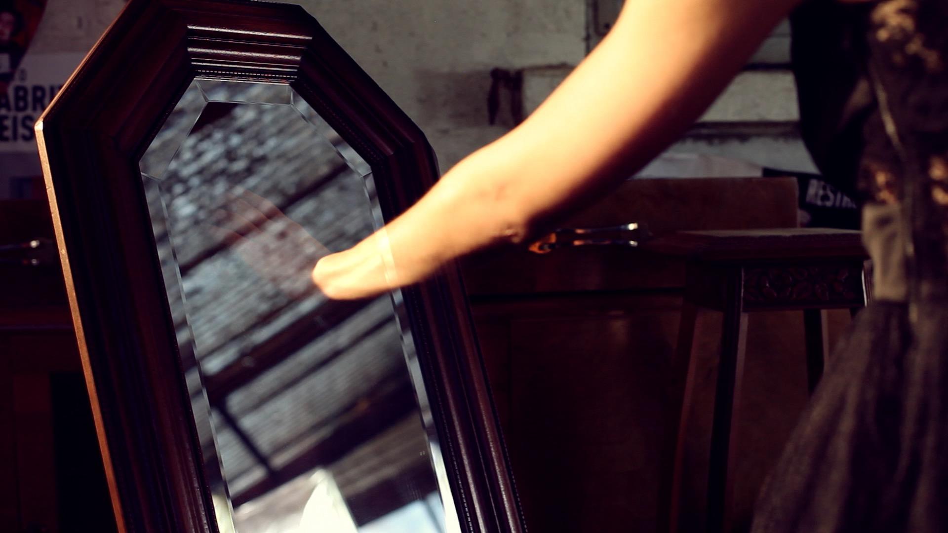 clip video musique – miroir 1 effets spéciaux composirig clip – Juste en rêvant – Manon Novak -viviane -riberaigua -realisateur music video director.
