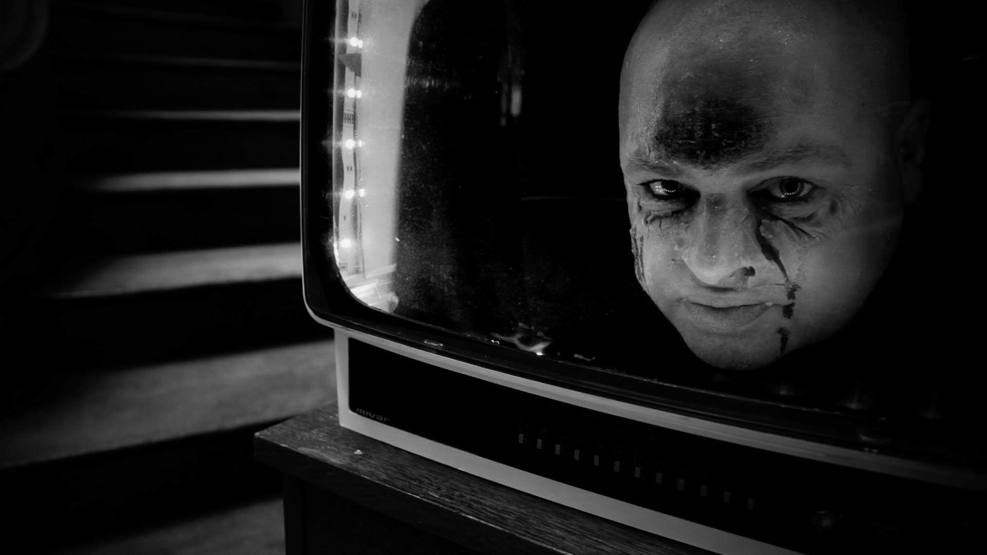 """TV Man – Scène du Clip de Musique """"Borderline"""" de l'artiste Andrew – Réalisateur Clip de Musique – Viviane Riberaigua"""