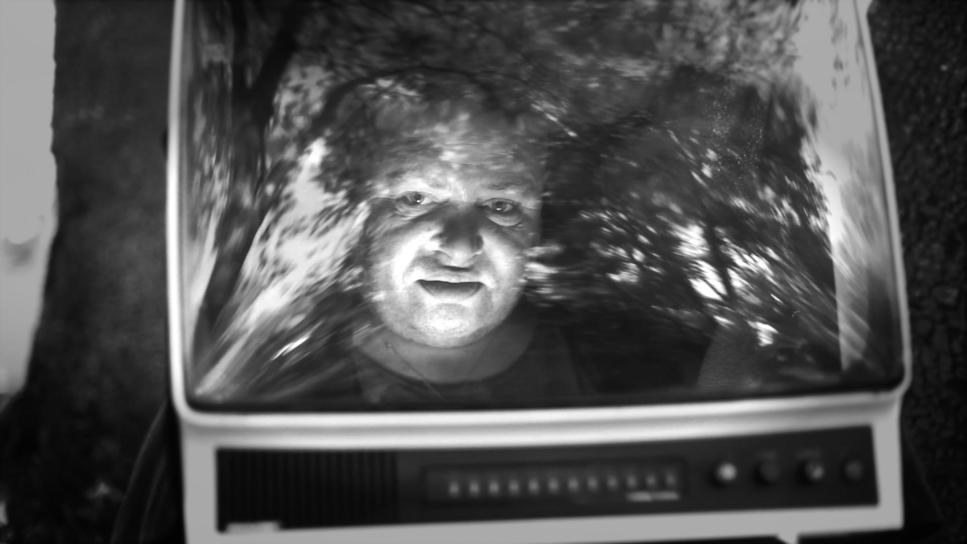 """TV man dans la foret – Clip en noir et blanc """"Borderline"""" avec Andrew. Réalisateur Viviane Riberaigua"""