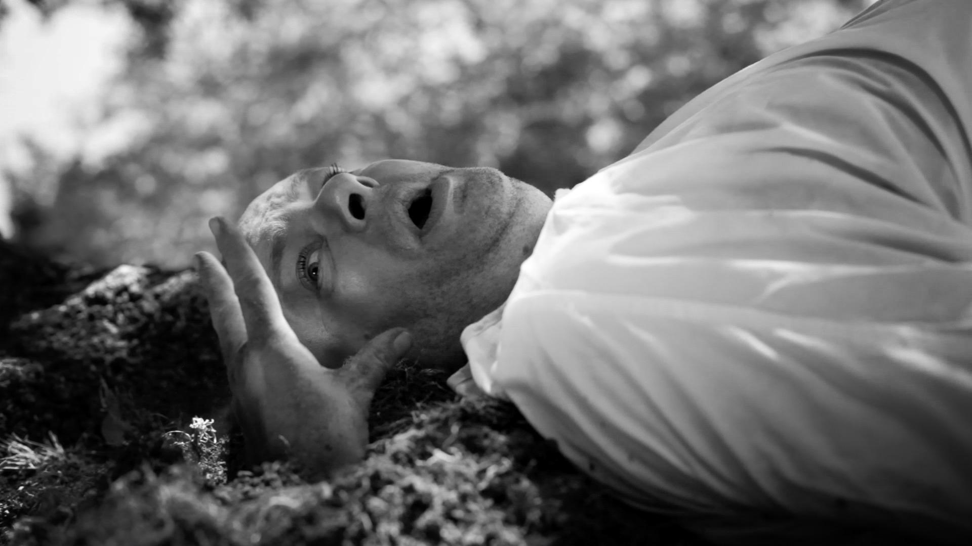Clip de Musique Riberaigua Viviane – Borderline – Artiste Andrew – Main de zombie sort de terre